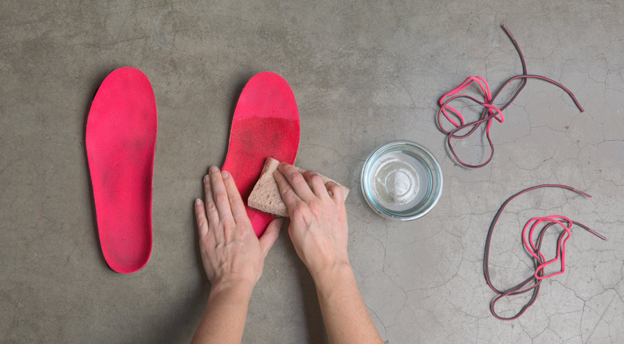 cleaning running shoe insoles with a vinegar and water solution